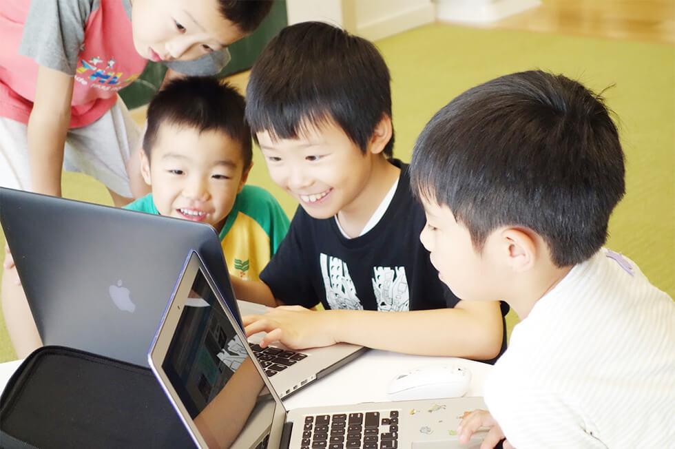 子どもたちが楽しそうにパソコンを触っている様子
