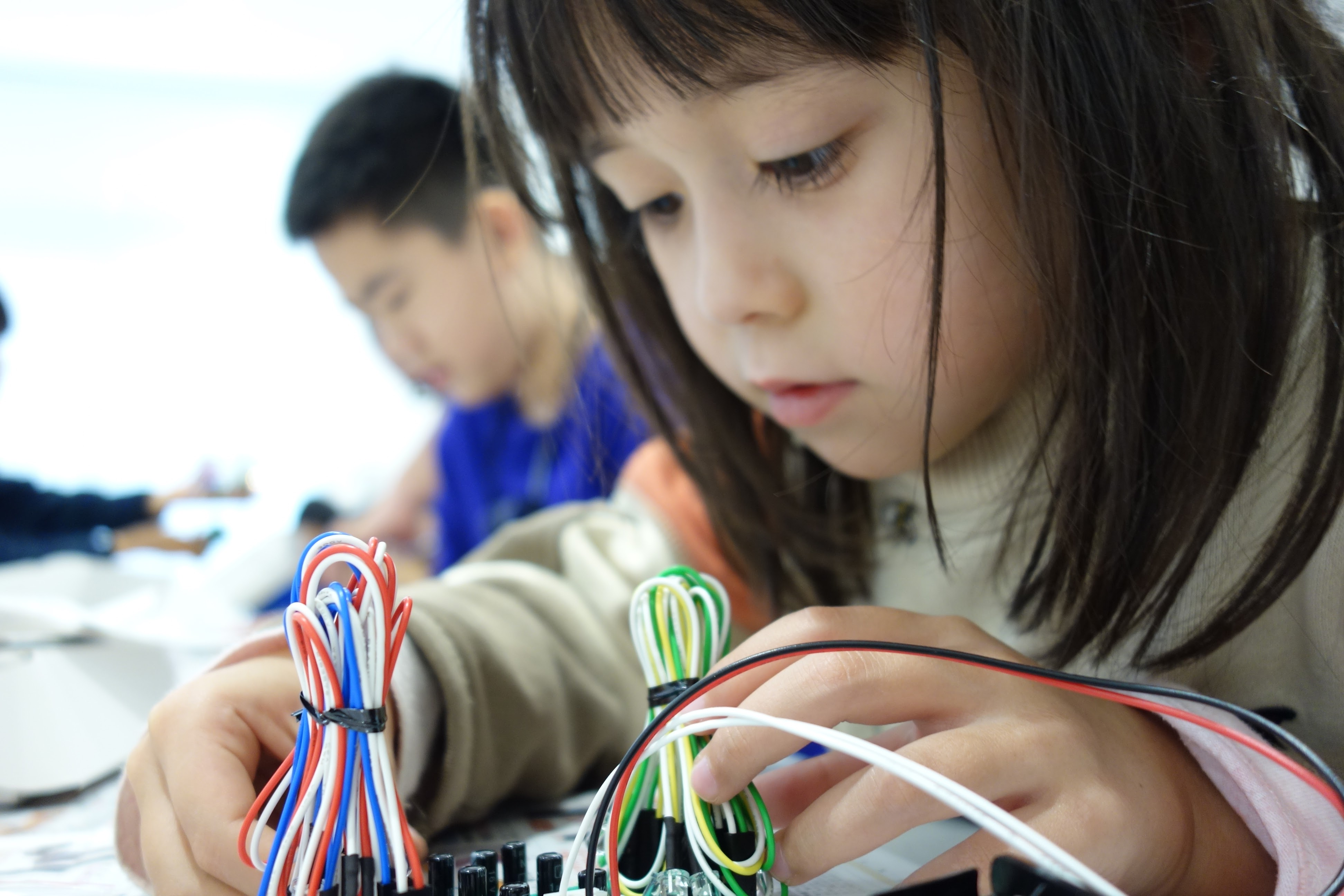 「新1年生向け はじめての電子工作」「保護者向け 子どもを上手に撮るカメラのコツ」ワークショップを開催します